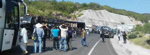 Policía estatal bloquea salida de Ayotzinapa rumbo a marcha del 2 de octubre