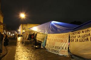 Plantón de adherentes de la Sexta de Shulvó en la Plaza de la Resistencia