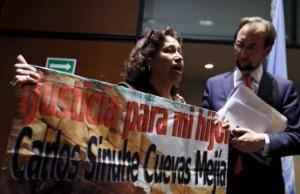 Lourdes Mejía junto al Comisionado de la comisión interamericana de derechos humanos en octubre de 2015.