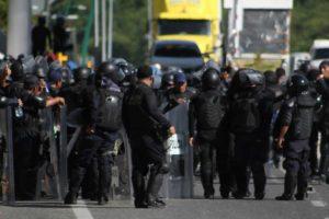 Policía estatal con escopeta lanzagranadas