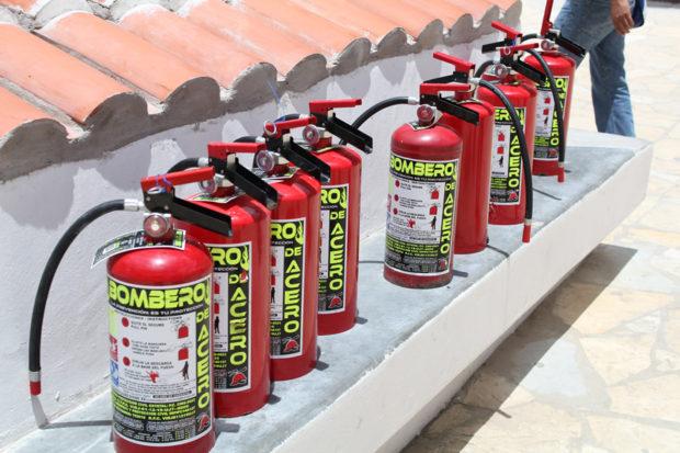 Extintores abandonados por el grupo de choque municipal.